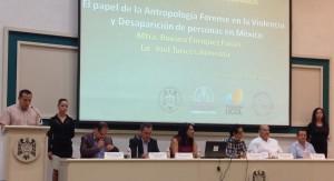 Roxana Enríquez Farias y Joel Torices Armenta, presidenta y coordinador del Equipo Mexicano de Antropología Forense, impartieron la conferencia sobre la antropología forense y su papel en la violencia y desaparición de personas en México