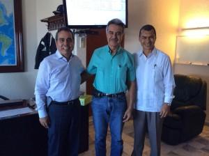 Carlos Salazar, presidente de la Fundación Ucol con Gilberto Orozco Martínez, delegado de pilotos del puerto de Manzanillo y José Martín Torres, representante de la Fundación