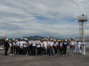 """Estudiantes de la escuela Secundaria """"Pablo Latapí Sarre"""" en el Centro de Reparación Naval de Manzanillo"""
