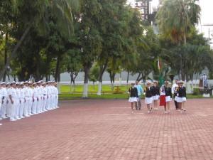 Escolta femenil del CETMar No. 12 en ceremonia de Izo de Bandera en la VI Región Naval