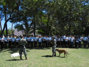 Estudiantes de Conalep en la demostración del Escuadrón Canino
