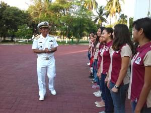 Almirante Arturo David Lendeche Sofán, comandante VI Región Naval, brinda cordial bienvenida a los estudiantes de secundaria del Colegio Vizcaya de las Américas