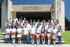 Estudiantes de educación media superior de la Universidad de Colima reciben beca de inscripción