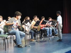 Jorge estudiante de sexto año, dirigiendo al Ensamble de Alientos del IUBA