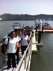 Estudiantes en el Muelle flotante del ENSAR