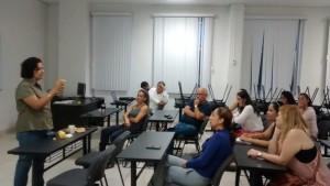 Nutrióloga Ana Lilia Pérez  explicando las características de una dieta saludable