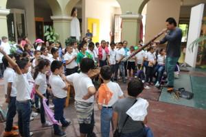 """Alumnos de la escuela Primaria """"Alejandro Flores Garibay"""" en la demostración de sonidos semejantes a la naturaleza"""