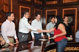 Estudiantes universitarios reciben beca de inscripción
