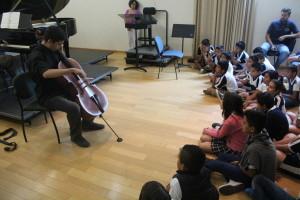 """Niños y niñas de la escuela primaria """"Gustavo Alberto Vázquez Montes"""" disfrutando el programa musical del Concierto Didáctico"""