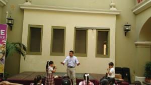 Estudiantes interactuando en el Taller de Música